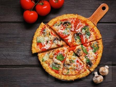 Вегетарианска нисковъглехидратна пица с блат от карфиол - снимка на рецептата
